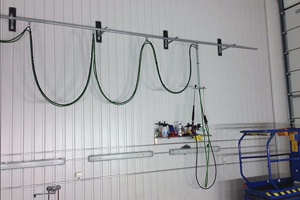 Uusi tehokas pesurijärjestelmä asennettu molemmin puolin hallin seinää